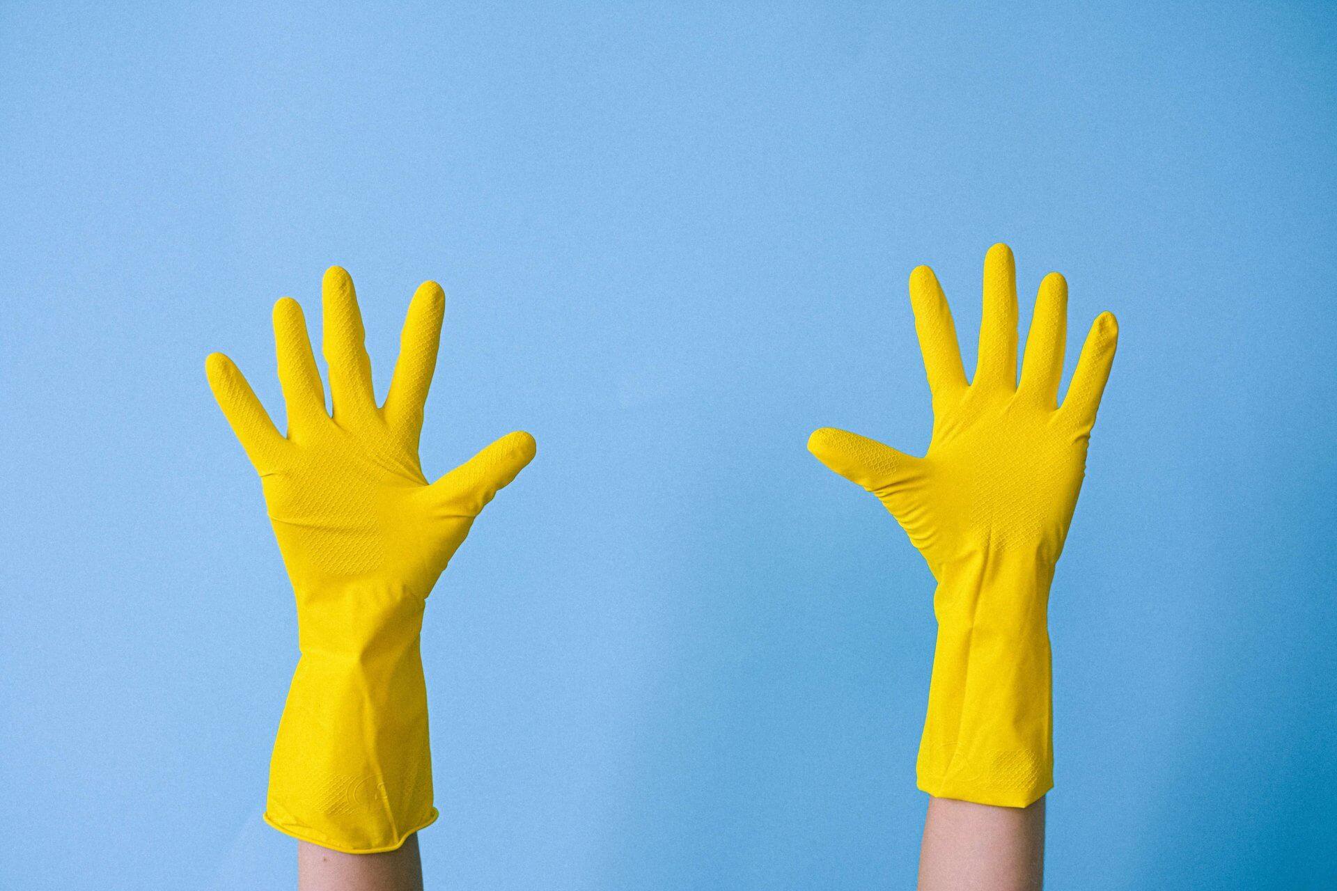 Pflegepersonal mit Schutzhandschuhen | Quelle: Anna Shvets - Pexels